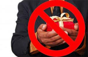 Госслужащим запретят дарить и получать подарки